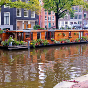 Houseboats in Amsterdam: Rental prices, companies & infos